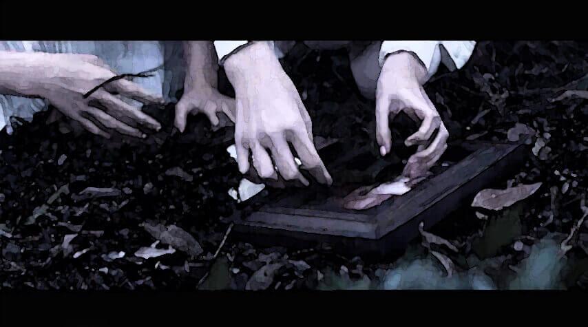 Hände die einen Bildrahmen im Waldboden finden